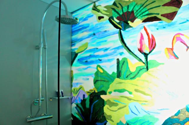 decretive shower inside the Art'otel Cologne