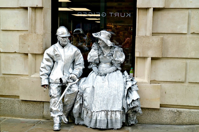 performers taking a break on a Central London Photo Walk