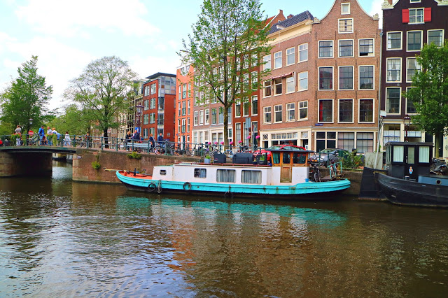 boats on the canal, a perfect walk when visiting Amsterdam on a Budget