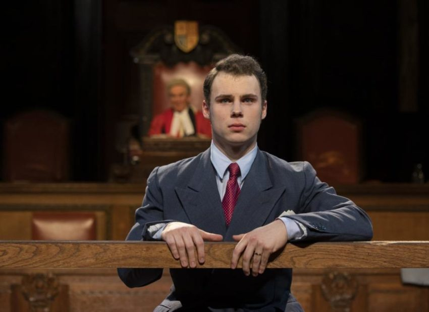 Actor in the dock in front of the Judge in Witness for the Prosecution